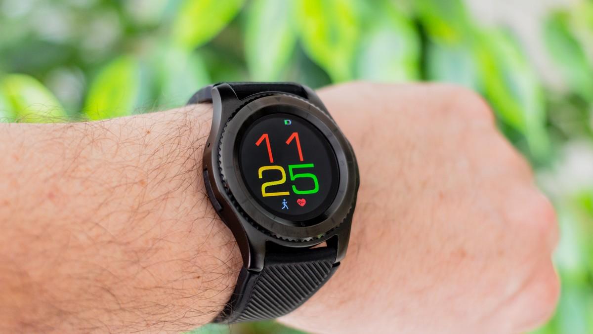 Chytré hodinky nasazené na ruce.