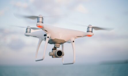 Dron vznášející se ve vzduchu.