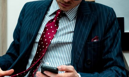 Červené kravaty se hodí k modré.