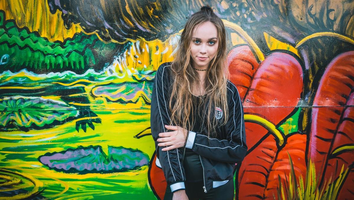 Mladá dívka miluje moderní módní styly.