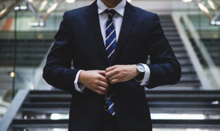 Elegantní muž rád střídá pánské obleky.