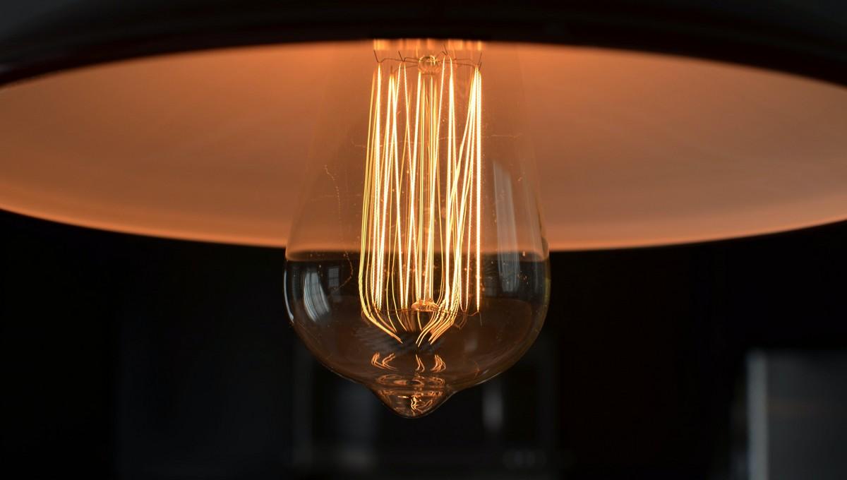 Moderní žárovky rozsvícené v lustru.